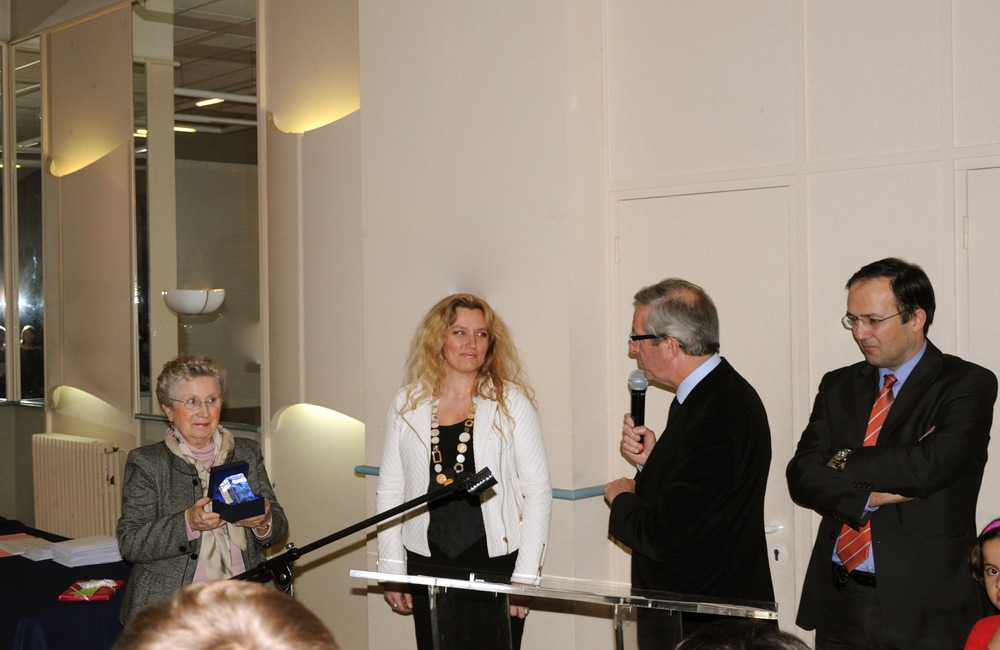 Agnès Szabelewski reçoit le prix «le cheval d'excellence» des mains du Maire de Marly-le-Roi, Mr Jean-Yves Perrot pour la qualité de son travail en décembre 2013.