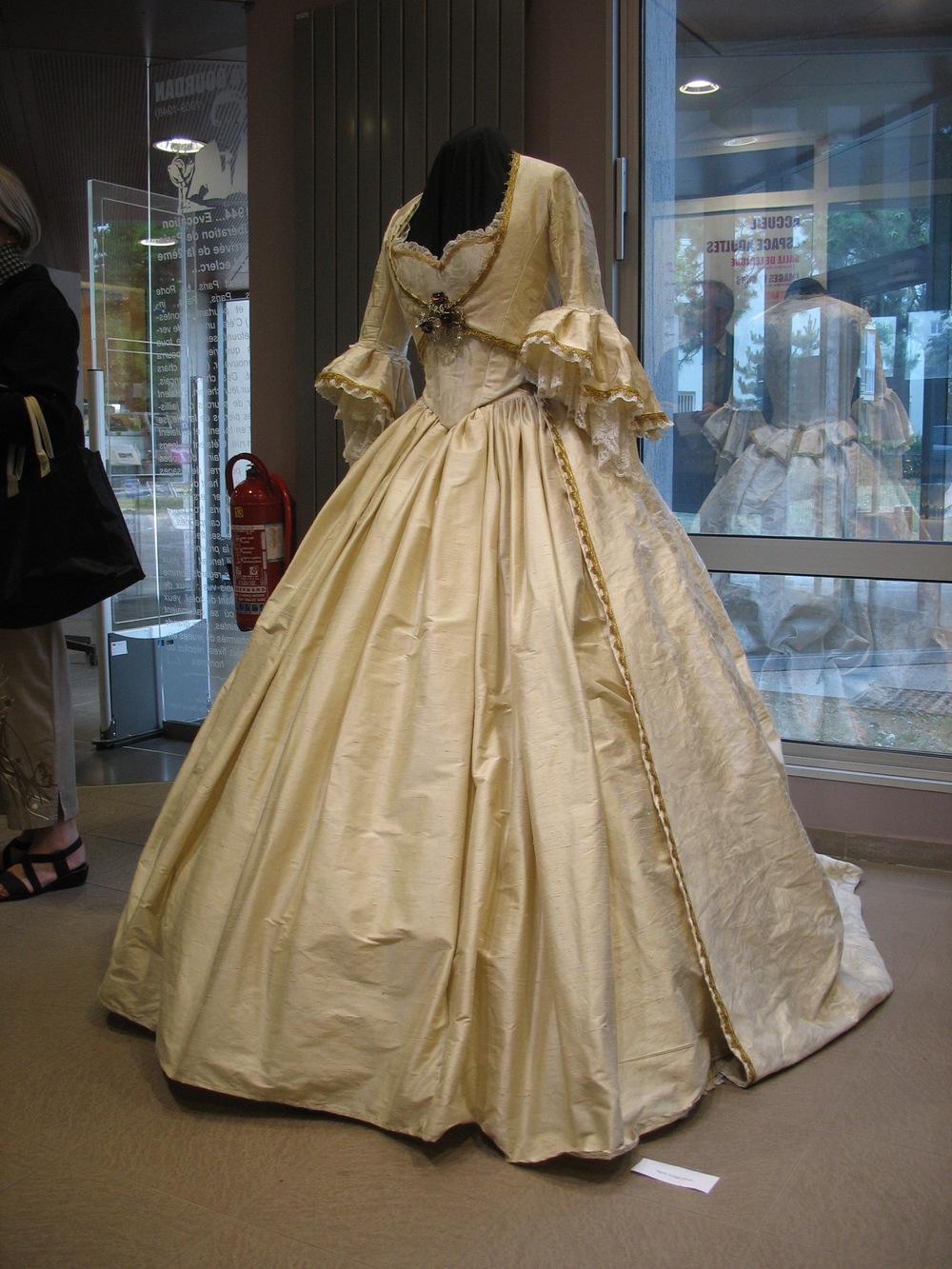 Robe d'Agnès Szabelewski pour l'exposition des artistes Marlychois en mai 2011