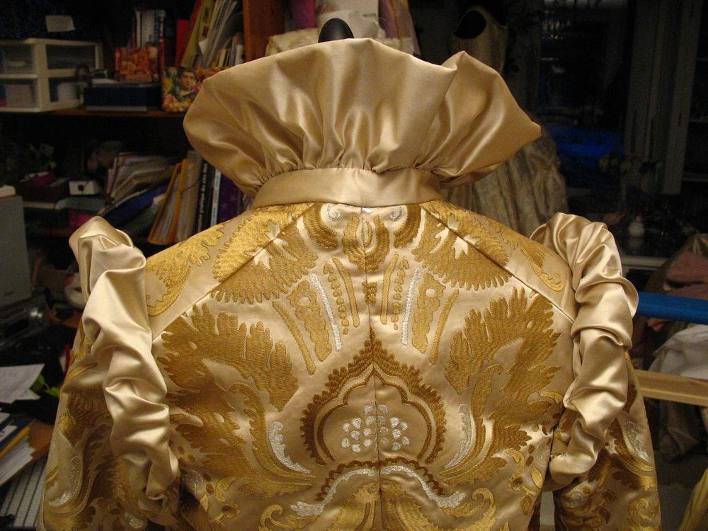 Veste de cocktail en soie damassée dorée