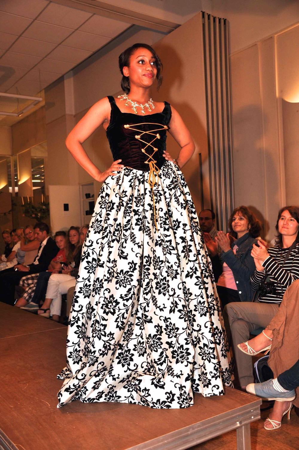 corset en velours noir sur jupe longue blanche et noire