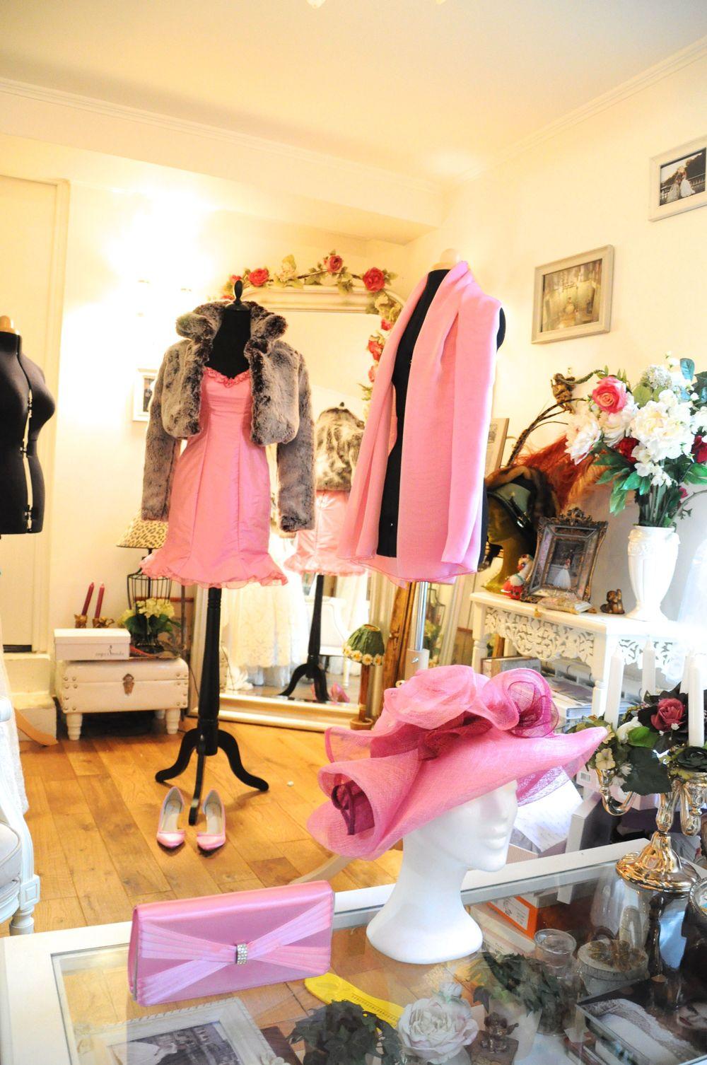 Ensemble en soie rose, étole en mousseline de soie rose, chapeau sur mesure assorti, sac et chaussures assortis