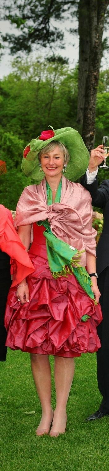 Robe de cocktail et chapeau assorti rouge rosé et vert