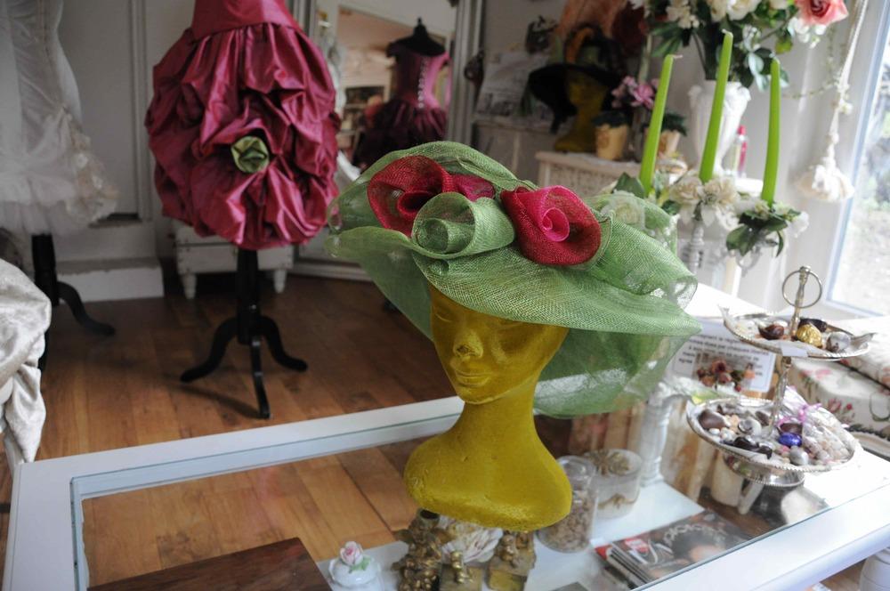 Chapeau en sisal vert et décorations roses sur mesure
