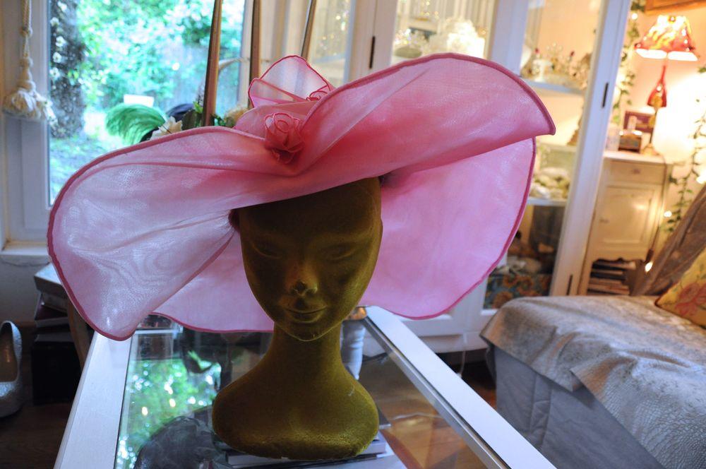 Chapeau en organza de soie rose assorti à la tenue, sur mesure