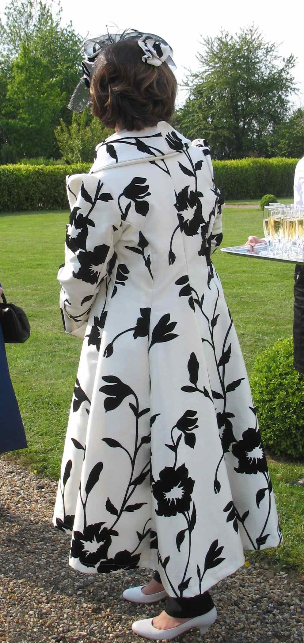 Manteau de cocktail noir et blanc cintré pour mariage
