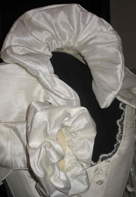 Boléro de mariée en soie doublé de laine polaire avec col frou-frou