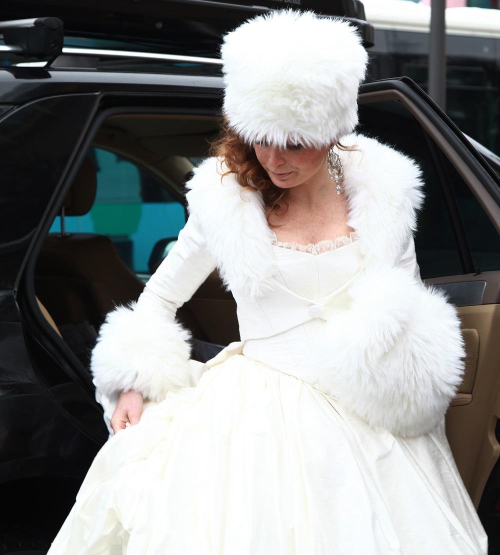 Veste de mariage en soie avec col fourrure, manchon et toque