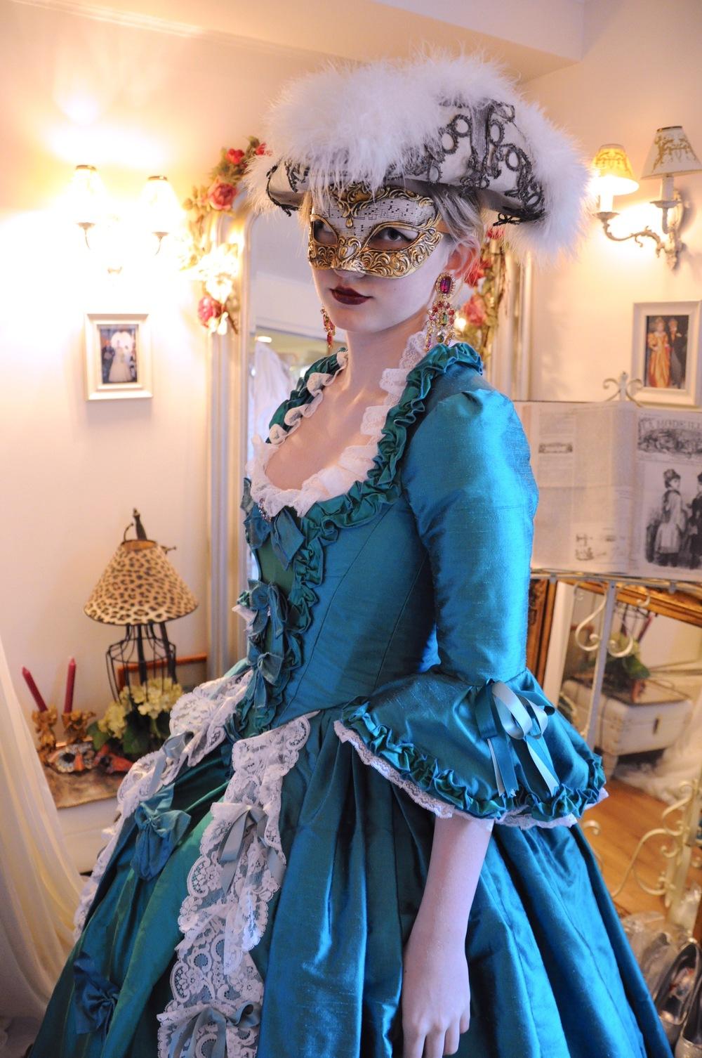 Robe Marie-Antoinette en soie bleue et dentelles de Calais