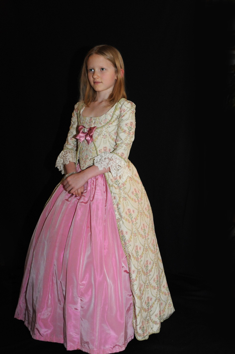 Robe XVIIIe siècle petite fille en taffetas de soie rose et tissu broché