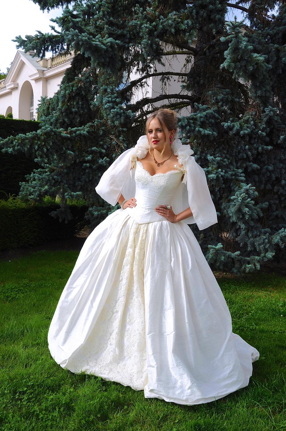 Robe de mariée Fantasja en soie sauvage et dentelle de Calais, avec petites manches de dentelle et cape en organza de soie