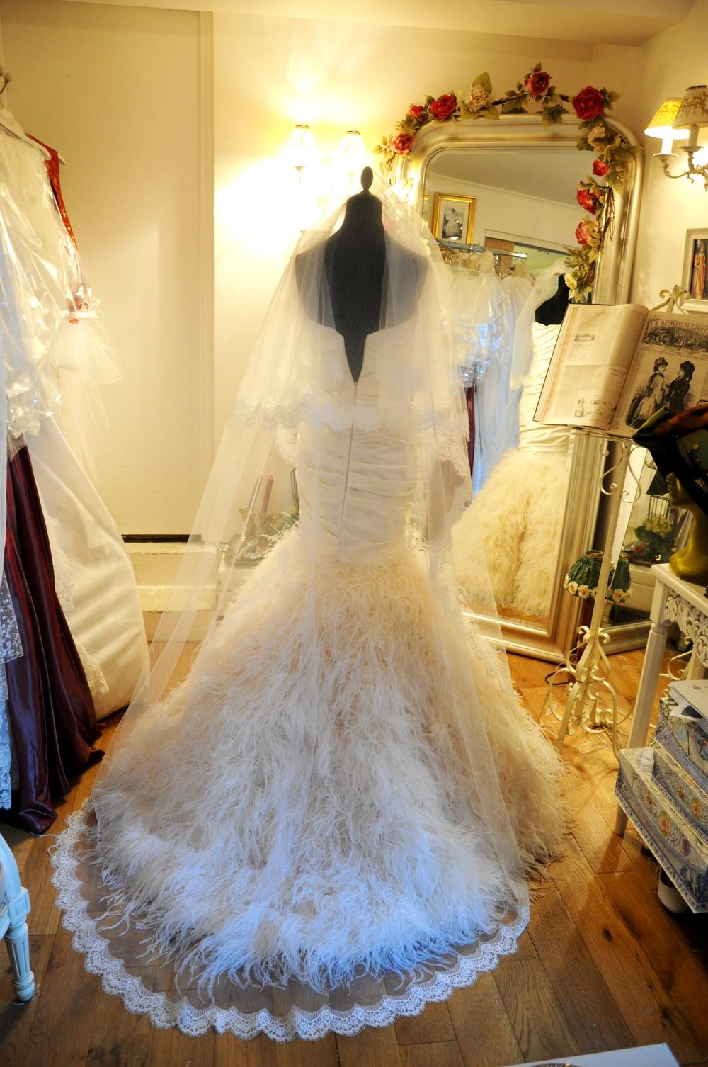 Voile de mariée long bordé de dentelle de Calais fine à la main, sur mesure.