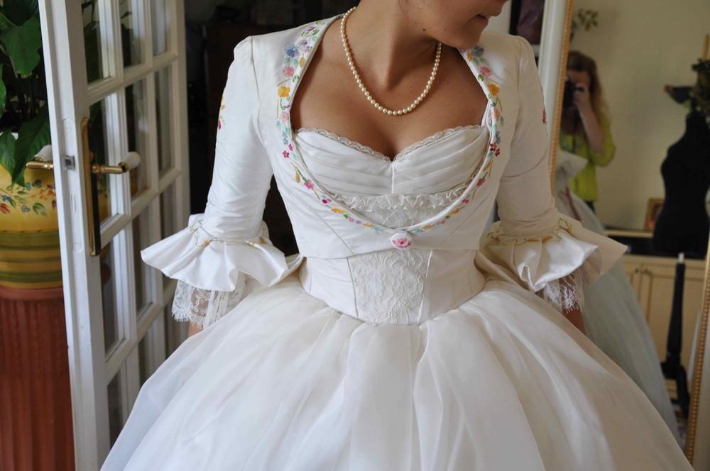Veste de mariée en soie, cintrée, brodée à la main par Marie-Pierre Chambon