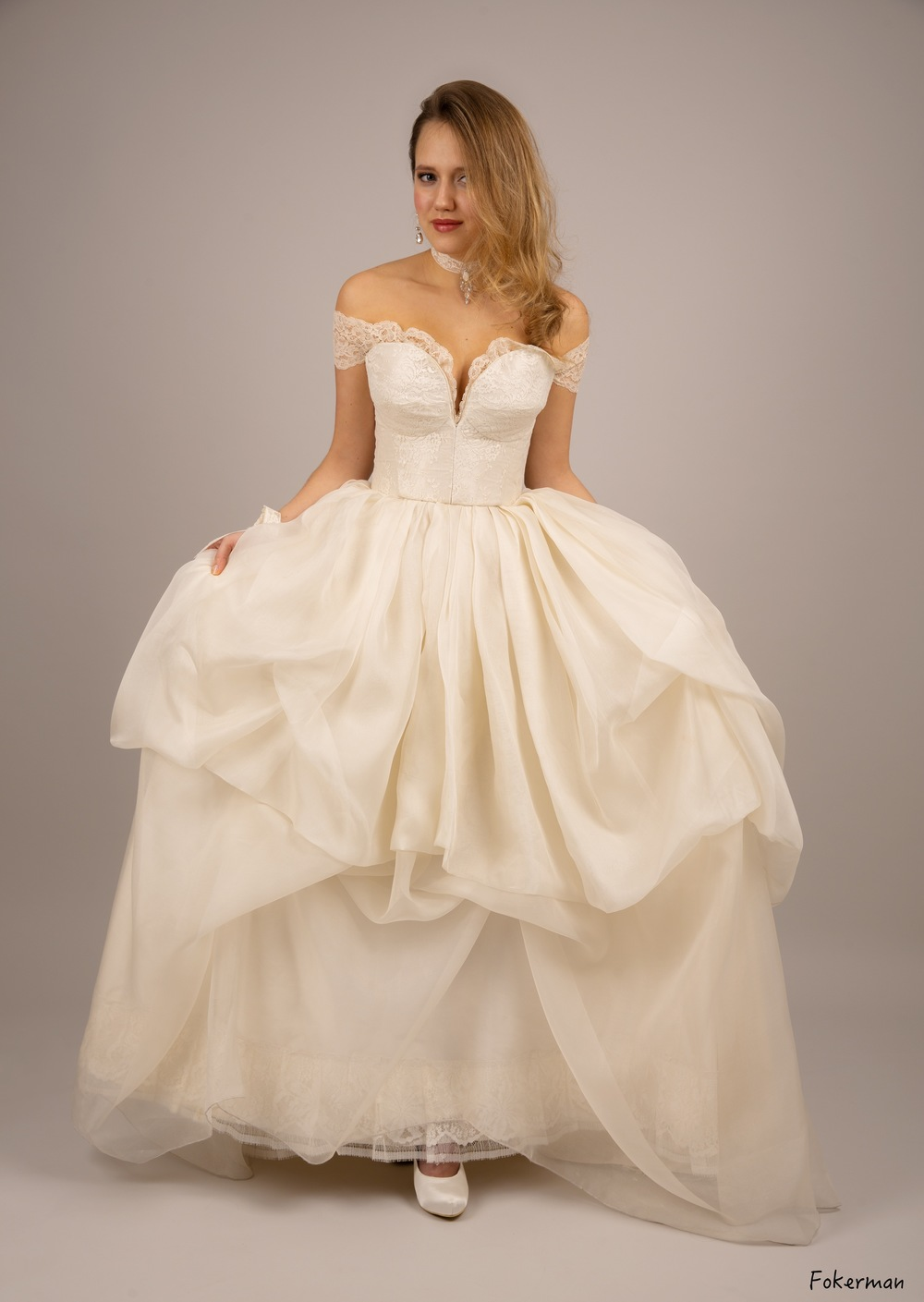 Robe de mariée Anastasia manchettes dentelle organza face Agnes Szabelewski.jpg
