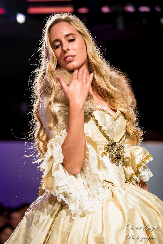 Robe de mariée Princesse 18e dorée - Agnes Szabelewski.jpg