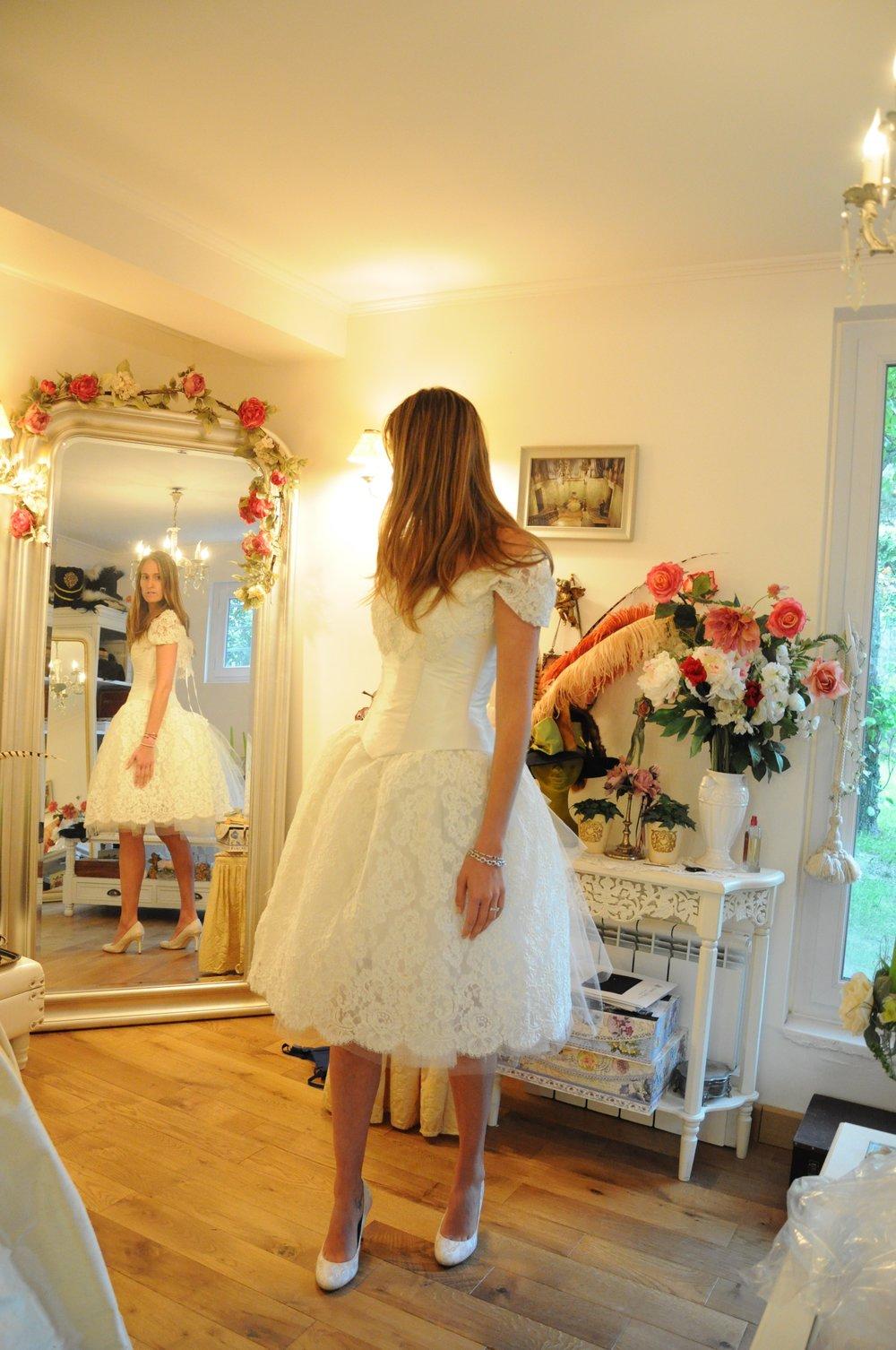 Robe de mariée corset et jupe en dentelle et tulle courte face Agnes Szabelewski.jpg