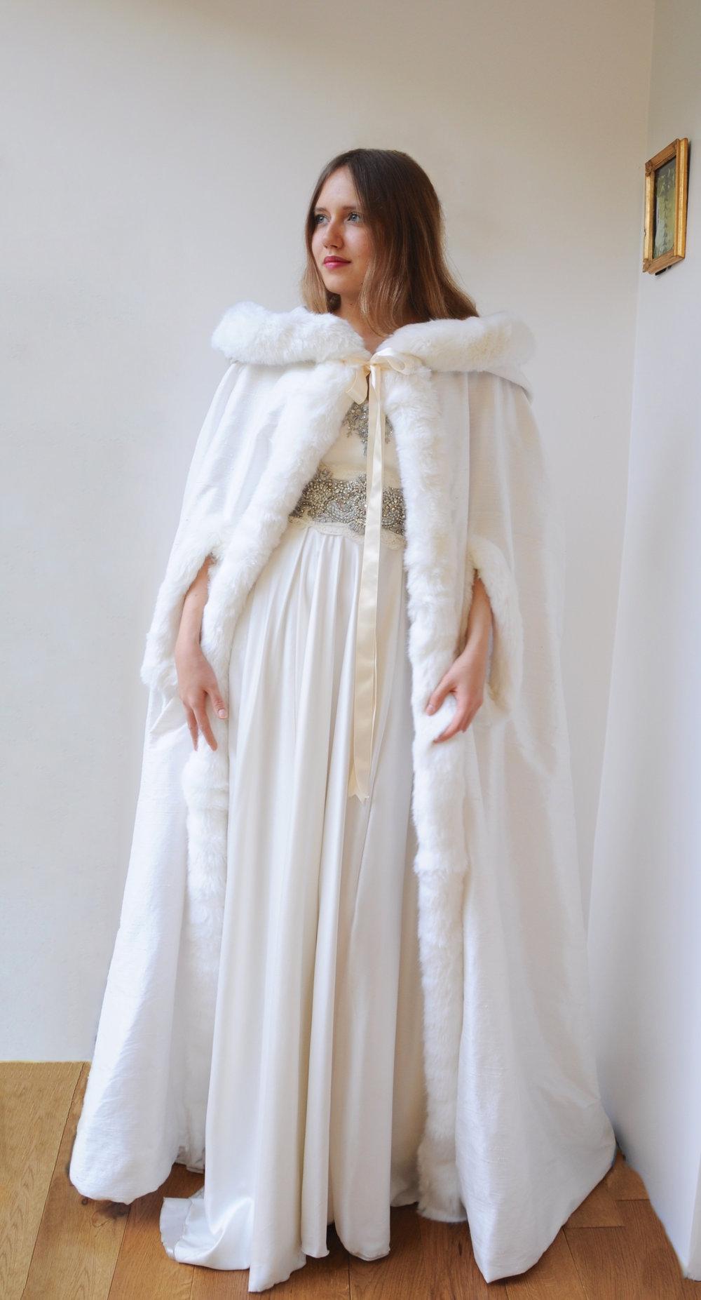 Cape mariée en soie et fourrure - Agnes Szabelewski.jpg