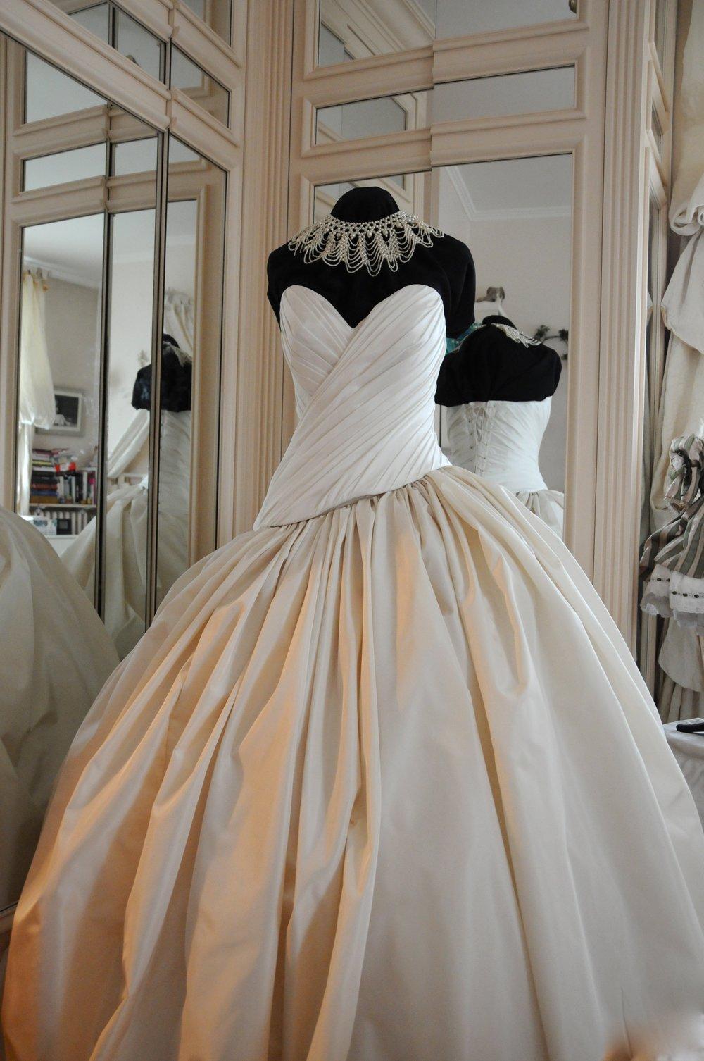 Robe de mariée Glamour bustier drapé en taffetas et jupe princesse Agnes Szabelewski.jpg