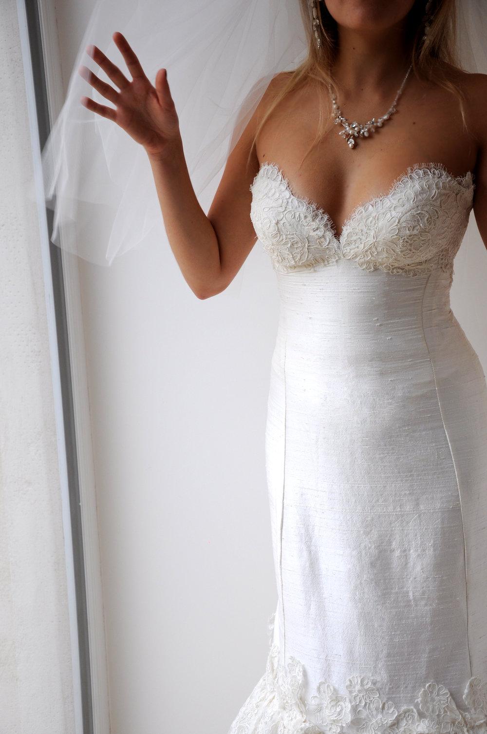 Robe de mariée sirène en soie et dentelle brodée Agnes Szabelewski.jpg