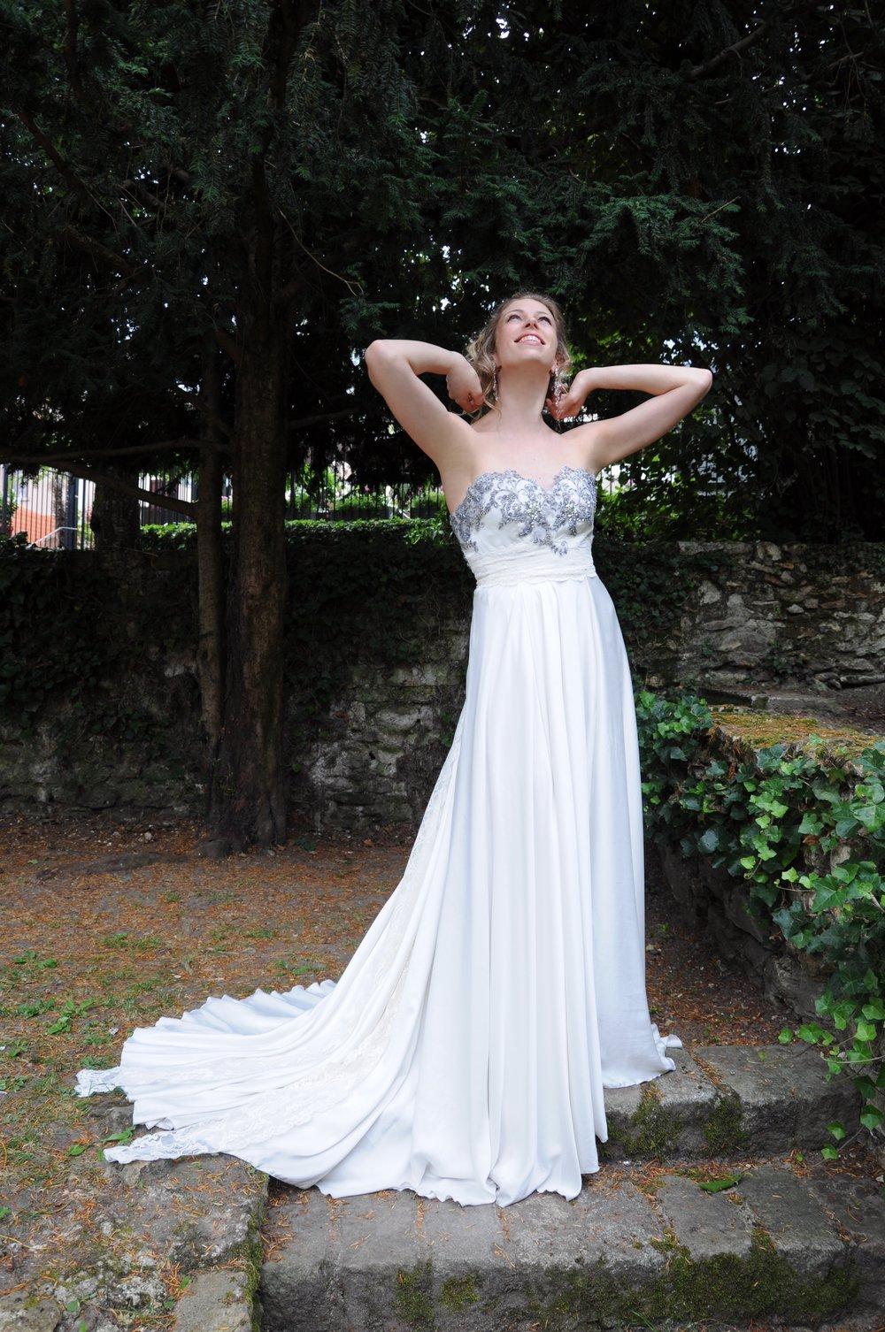 Robe de mariée bustier en soie et dentelle grise Agnes Szabelewski.jpg