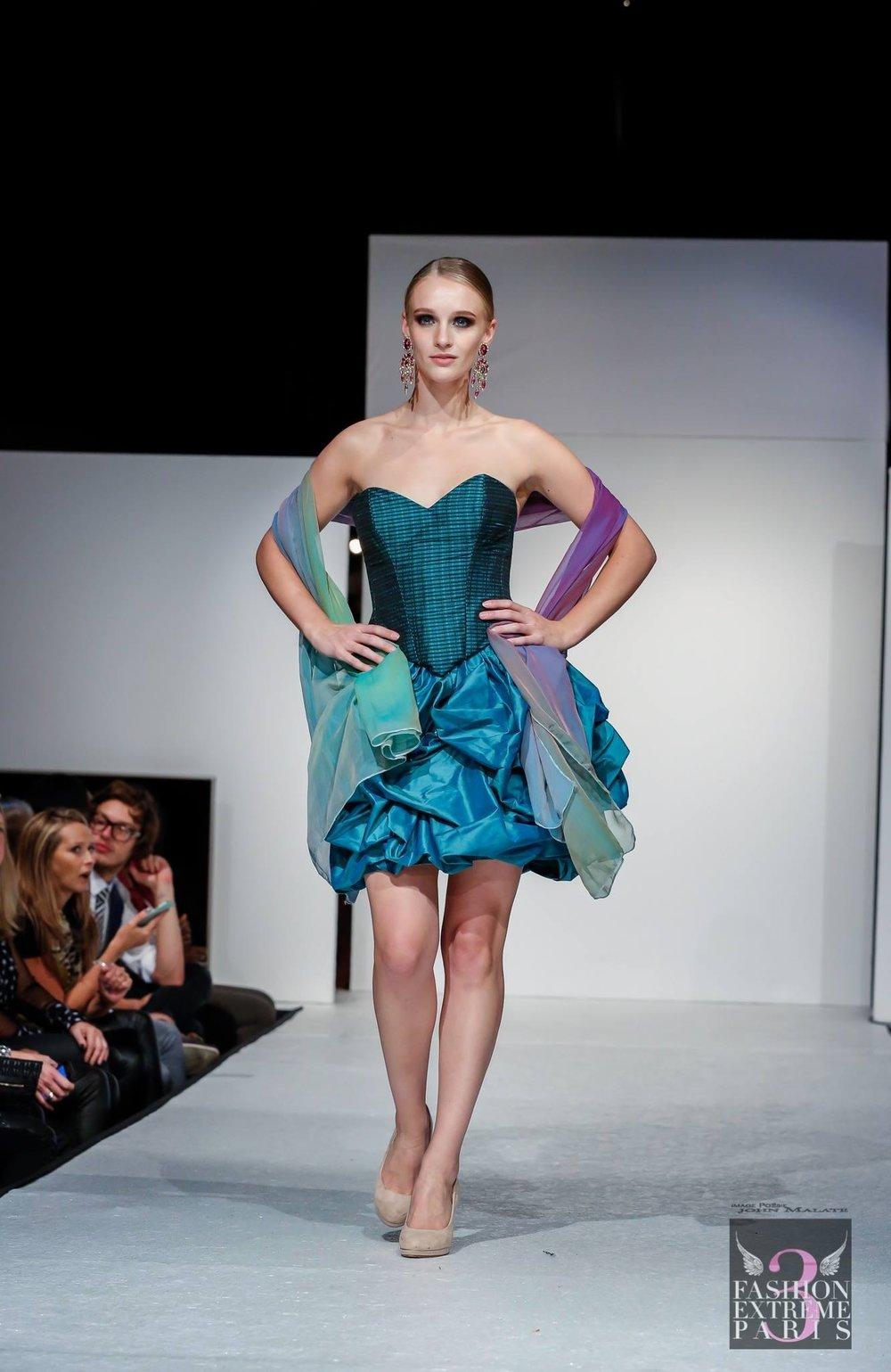Robe de cocktail bleu-vert en soie Agnes Szabelewski.jpg