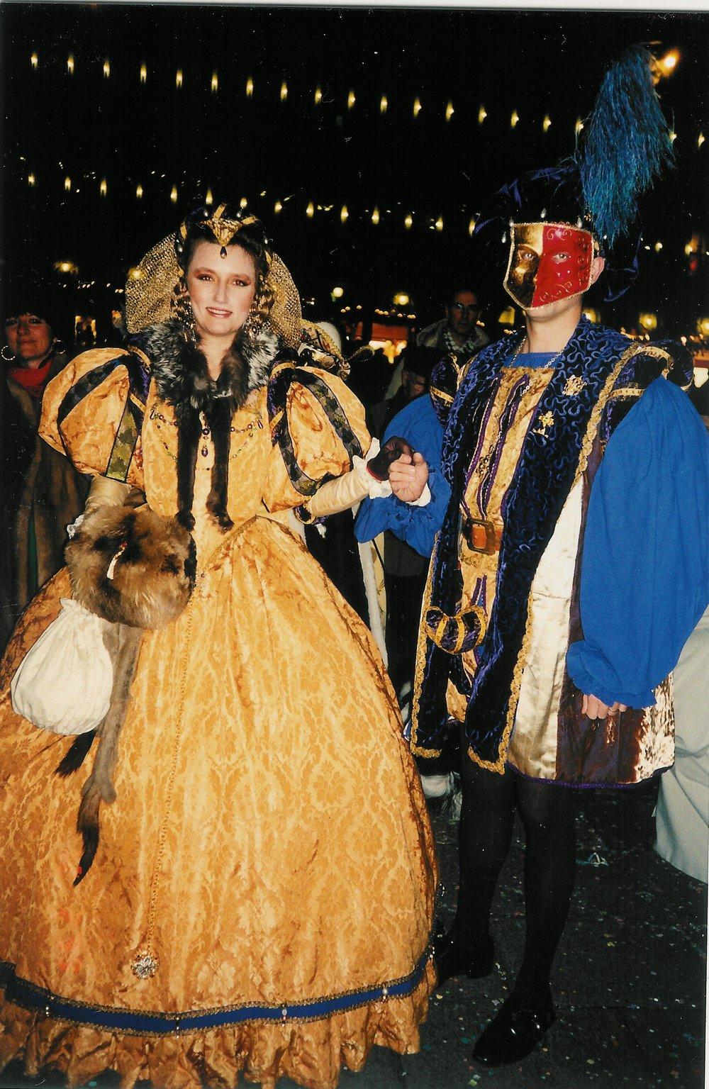 Costumes Renaissance dorés et violet Agnes Szabelewski.jpg