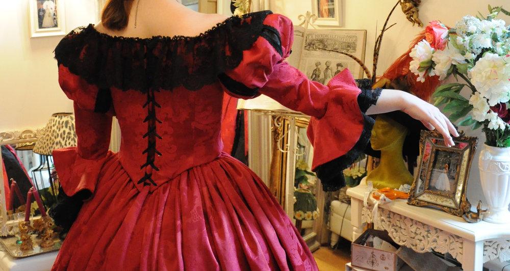 Robe Renaissance Rouge avec dentelle de Calais Noire. Agnès Szabelewski