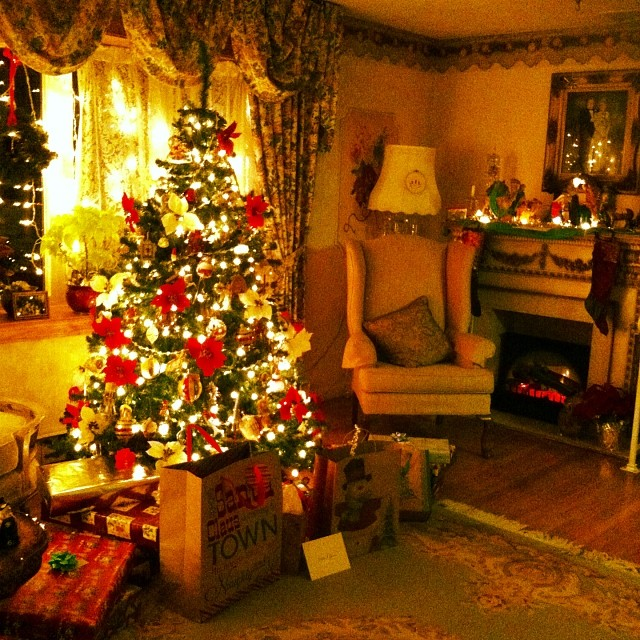 My mama and papa put so much love into making their home warm and filled with #christmas cheer. I am so touched by the love they put into making the holiday bright.  (at Bethlehem, PA)