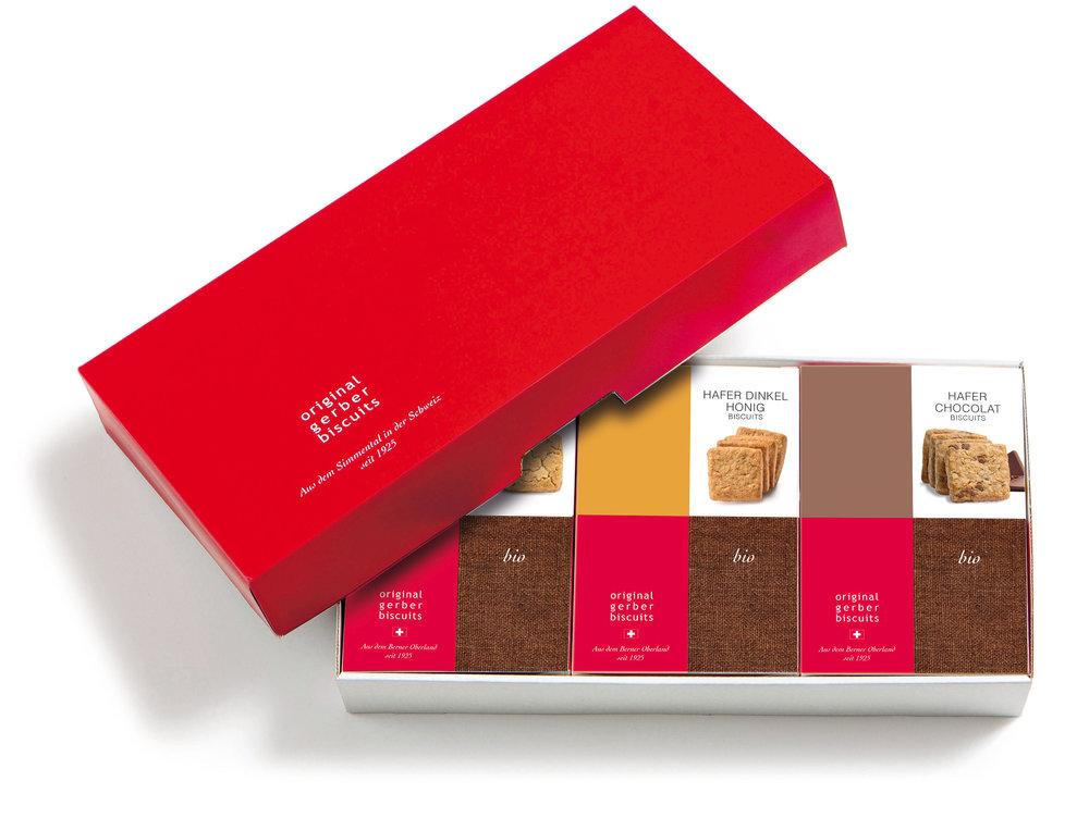 GESCHENKSCHACHTELFÜR DREI BISCUIT-PACKUNGEN à 160g - Die hochwertigen Geschenkschachteln mit dem roten Deckel werden mit drei Gerber Biscuit-Spezialitäten Ihrer Wahl bestückt und termingerecht an die Adresse gemäss Angabe geliefert.