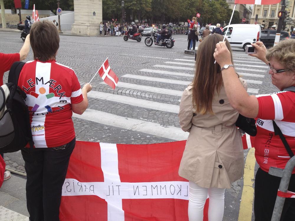 Simone awaiting her mom's arrival en velo at the Place de la Concorde.