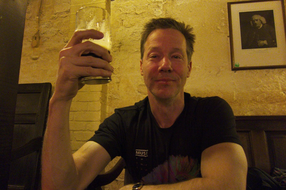 Cha visits. (Ye Olde Cheshire Cheese, London, England.)