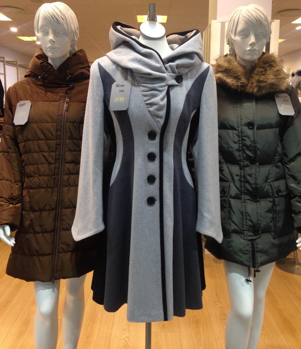 På Billedet ses fra venstre. Loft Dynefrakke, 1799kr.Fend uldfrakke 3,599kr. Beaumont Dunjakke 2.399 kr.