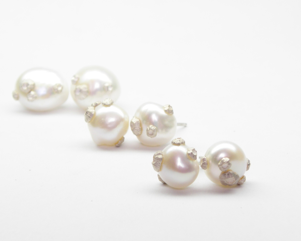 SMALL PEARL STUDS WITH BARNACLES