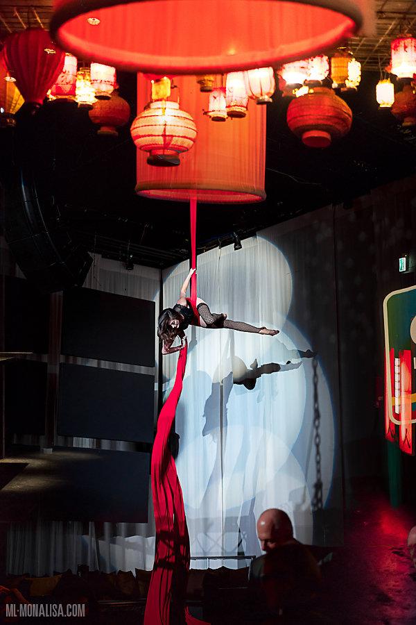 Luftakrobatik Show Berlin. Vertikaltuch Artist Air Candy. Aerialsilk Aerial Artist