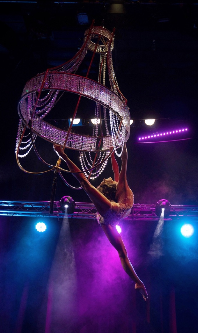 Flying Chandelier Showact - Aerial Chandelier Performance - Luftakrobatik am Kronleuchter - Air Candy