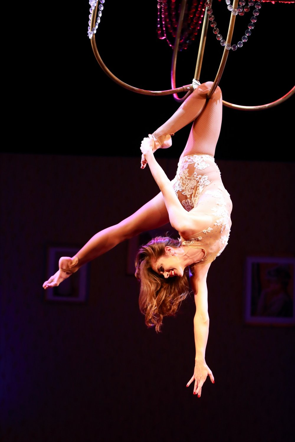 Aerial Chandelier - Flying Chandelier Showact - Luftartistik am Kronleuchter