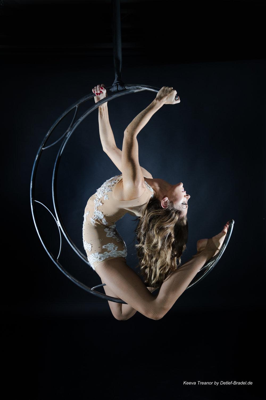 aerialmoon, luftakrobatik am mond luftring, aerial hoop, luftakrobatin, aerial artist, luftartistik berlin, luftakrobatik berlin, aerialist berlin, showact berlin