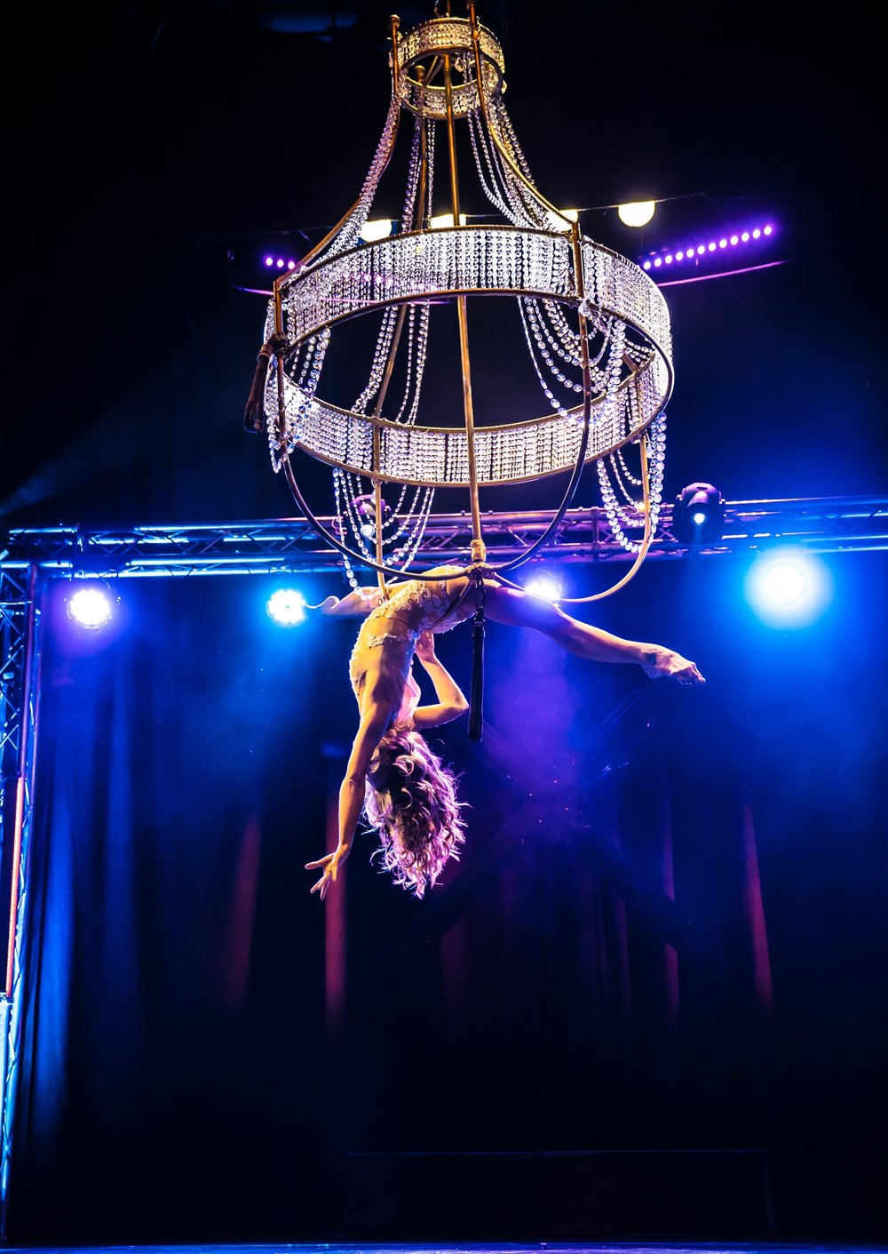 Chandelier Performance Artist - Luftakrobatik am Kronleuchter - Flying Chandelier Showact - Air Candy Berlin - Luftartistin