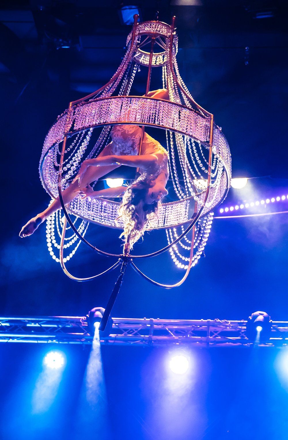 Aerial Chandelier - Kronleuchter Luftartistin - Flying Chandelier Showact - Air Candy Luftakrobatik Berlin