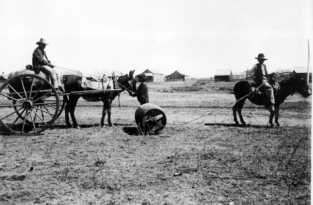TWO COMMON METHODS OF HAULING WATER IN OLD MEXICO AND SOUTHWESTERN UNITED STATES ... ENCINAL, TEX., 1905.