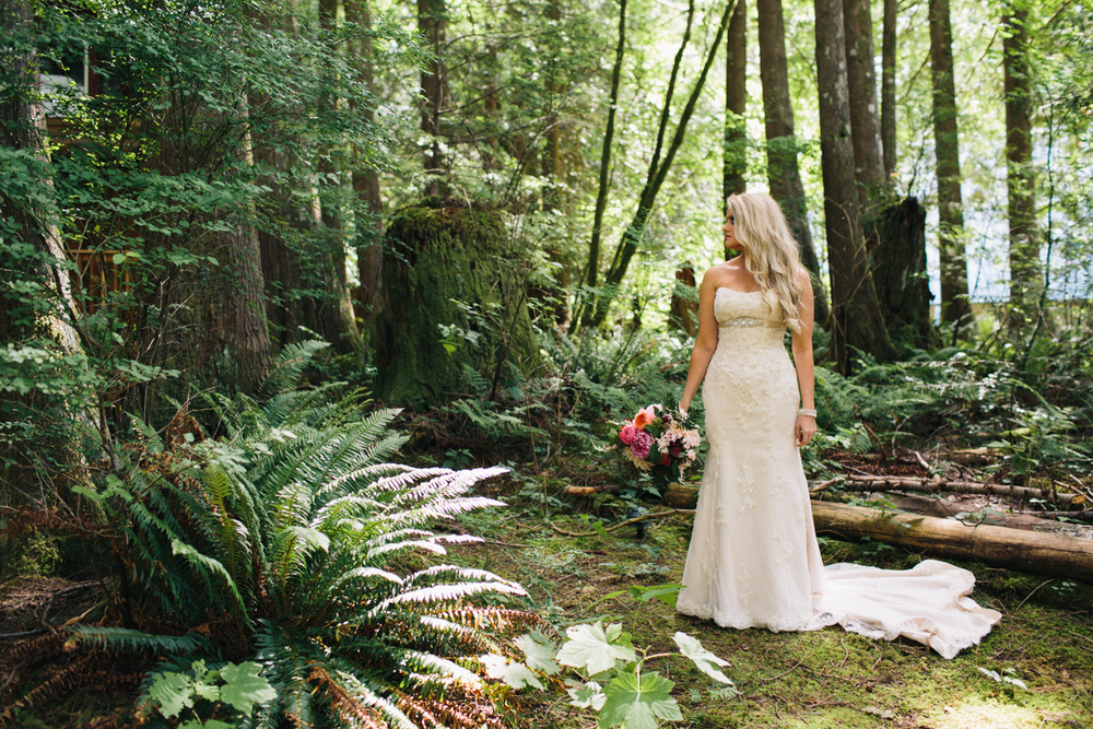 mountain cabin wedding venue in Washington state, photo by Jess Hunter, intimate Seattle mountain wedding photographer, intimate forest wedding in the Pacific Northwest, Washington state elopement photographer