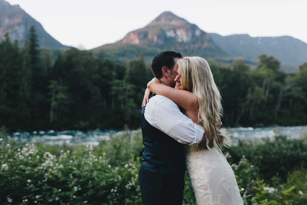 mountain cabin wedding venue in Washington state, photo by Jess Hunter, intimate Seattle mountain wedding photographer, intimate forest wedding in the Pacific Northwest, Washington state elopement photographer, riverside wedding ceremony, ceremony site in Washington with mountain views