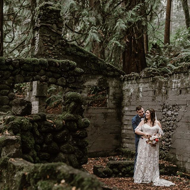 More secret elopements in abandoned stone houses, please 🖤 Finishing up my last two elopements for 2018, and can't wait to send them off to their homes ✨ @rootedandwildpdx @selvafloral  @kirstiewightmua  @madilanebridal
