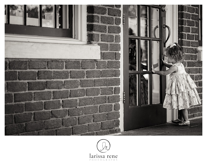 peeking through a window child photography atlanta black and white piedmont park