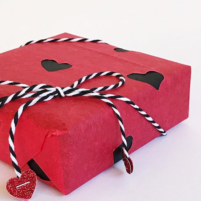More experiments with #wrapping in #tissuepaper ❤️🖤 this laser cut heart #tissue is from @dollartree and looks so cute layered over plain black #wrappingpaper! Paired with simple #blackandwhite #bakerstwine, I used my @timholtz #tinyattacher to add some glitter hearts to the tails ❤️❤️ . . . #giftwrappingideas #giftwrapping #giftwrapped #prettypackaging #prettygift #giftwrap #customgift #wrappingpaper #giftpluswrap #valentinesday #dollartree