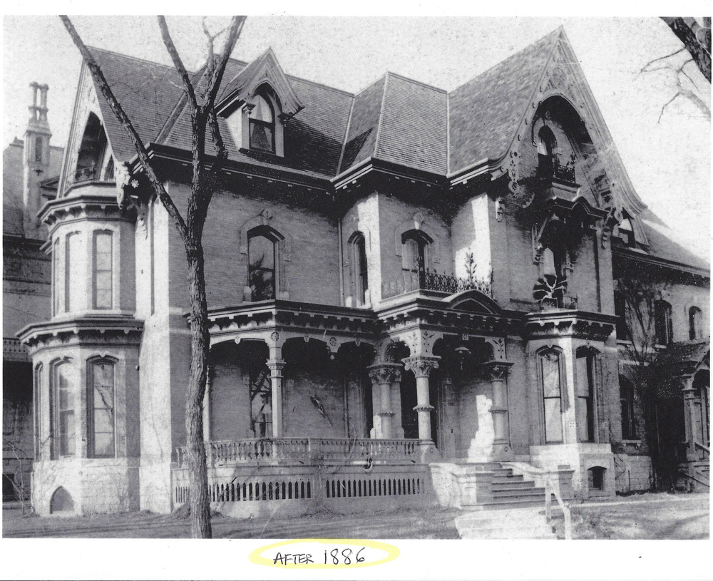 You can see on this historical photo around the time the mansion was built, the original shape and hand carved decoration.