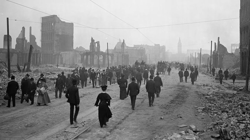 People walk toward the Ferry Building on Market Street after the 1906 San Francisco earthquake. (Library of Congress)