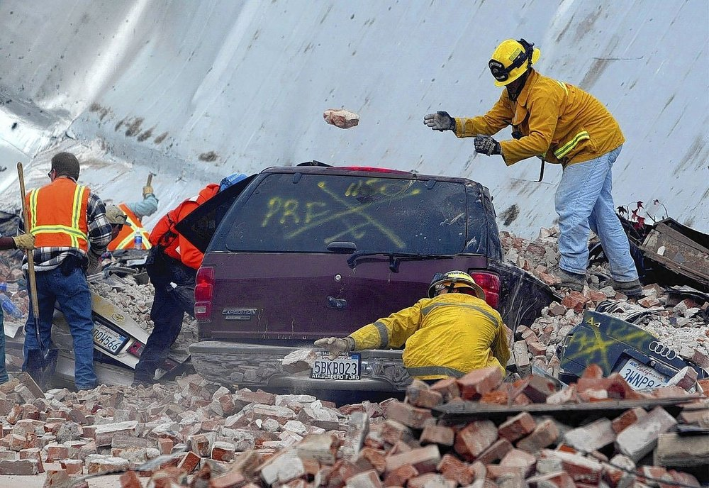 Rescue workers uncover cars, some with people trapped inside, along Park Street in Paso Robles after a magnitude 6.5 earthquake struck the city on Dec. 22, 2003. (Los Angeles Times)