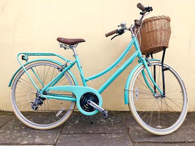 AMAZING BOBBIN SALE! Was £520 Now £400 plus a free basket included 😎 We've one St Ives Green 46cm frame @bobbinbicycles Brownie Lux left for one lucky person! It has a lightweight aluminium frame, 21 gears & #Schwalbe puncture resistant tyres making it bike perfect for everyday use and more! T's & C's apply. #MadeForWomen #WomensCycling #EveryoneBikes #ColourfulCycling #BobbinBikes #BobbinBrownieLux