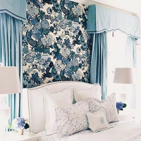 I was up waaayyy past my bedtime watching the #oscars, so had to hit snooze a few times. I think it'd be near impossible to get out of bed if I was surrounded by @biscuithome bedding and @schumacher1889 Chiang Mai wallpaper... ! 😴😍💙 #thechinoiseriecollective #blueandwhite #schumacher #biscuithome #chiangmai