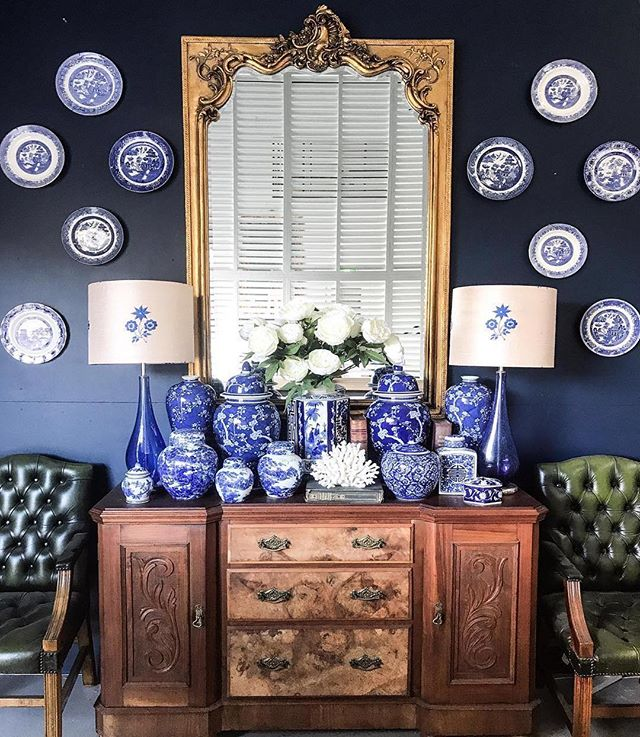 Can you all tell I am in a plate hanging mood lately?! LOVING this blue and white mix by @botticellihouse with the mix of plates on the wall and ginger jars on the sideboard.  Simply perfect 💙 . . #thechinoiseriecollective #blueandwhite #gingerjar #chinoiserie #blueandwhiteforever #botticellihouse #plates #designinspiration